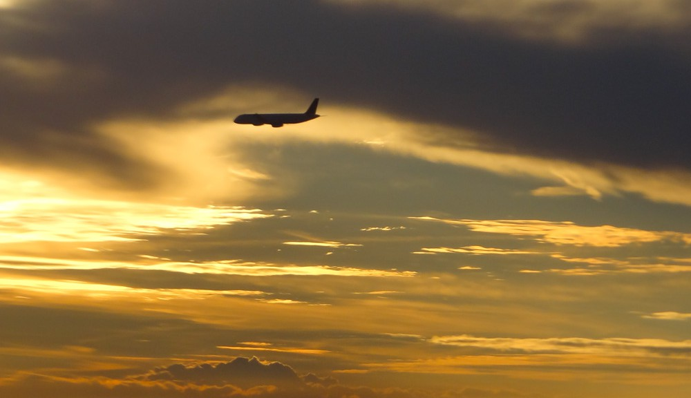 Flugzeug im Abendhimmel