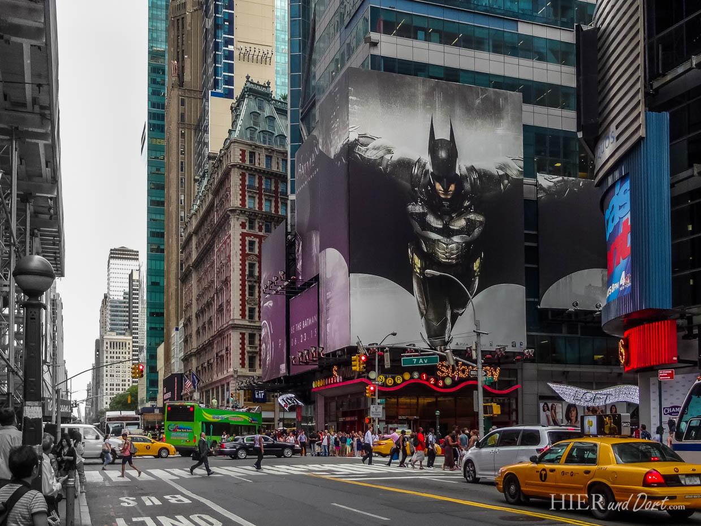 Die neuesten Filme und aktuellsten Superhelden werden auf Videoleinwänden präsentiert