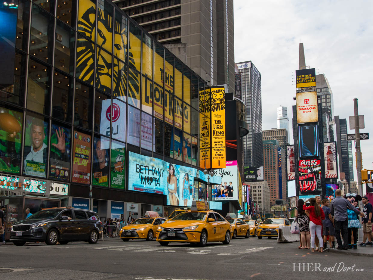 Natürlich finden sich am Times Square auch jede Menge Yellow Cabs (Taxis)